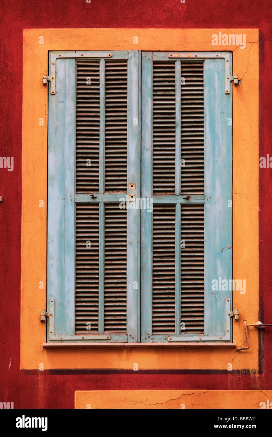 Typische französische Fenster auf Wohngebäude in Vielle Ville-Altstadt von Nizza Frankreich Stockbild