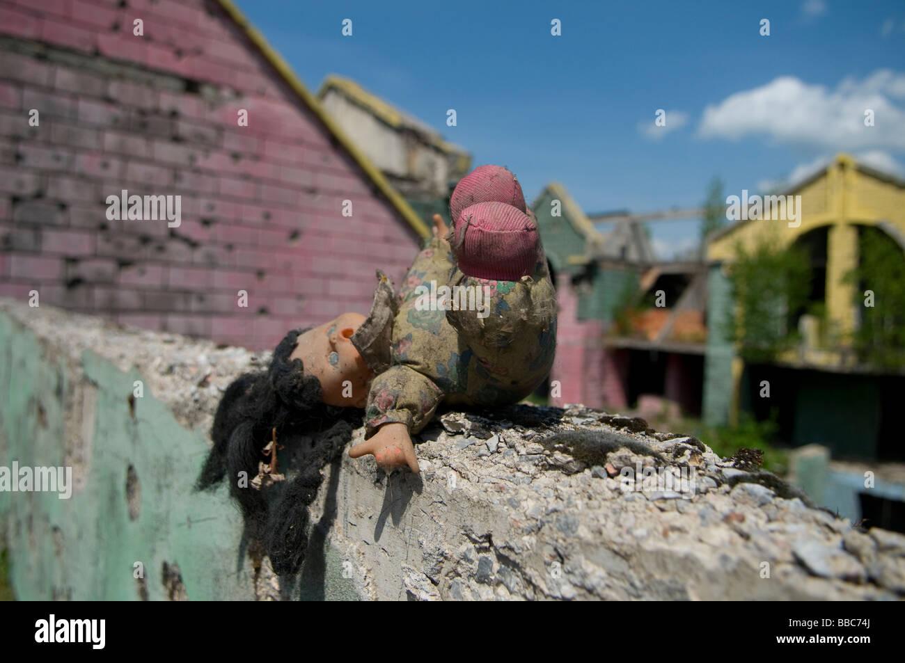 eine puppe in der wand die granatsplitter schaden aus dem krieg 1992 95 in sarajevo hauptstadt. Black Bedroom Furniture Sets. Home Design Ideas