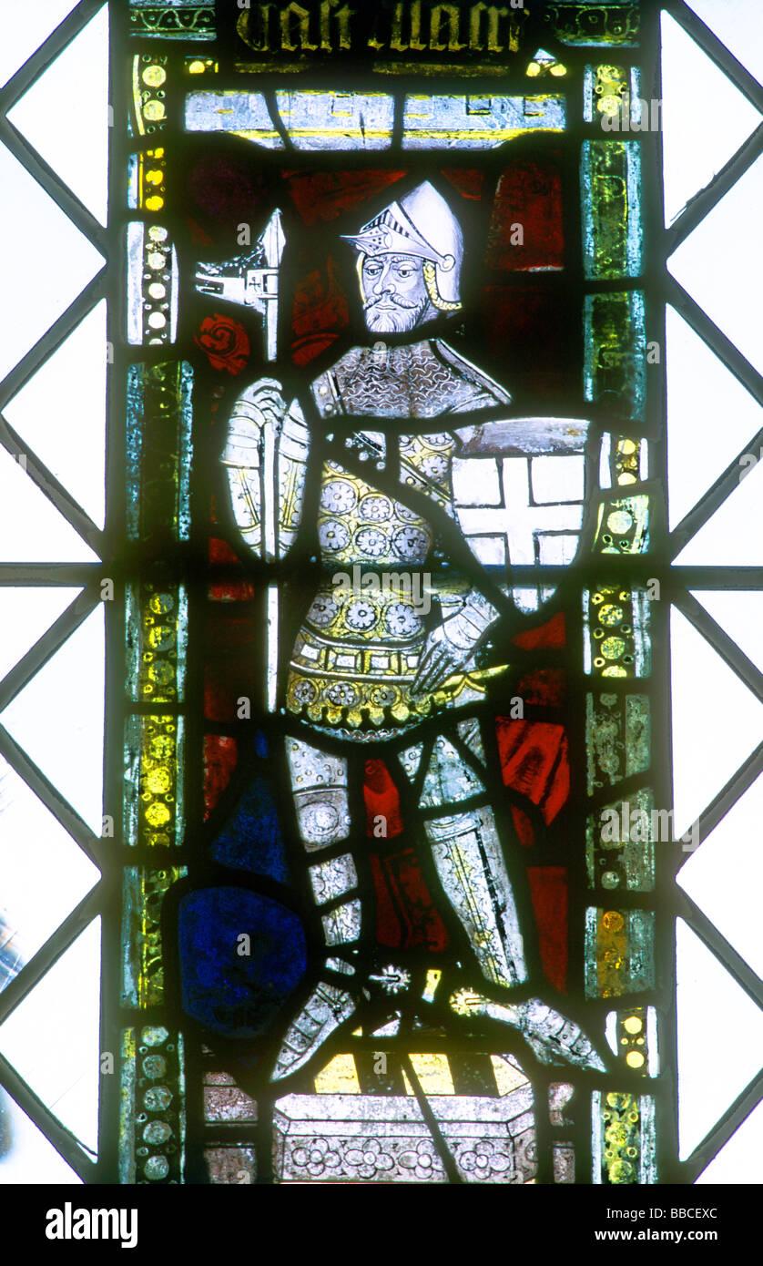Mittelalterliche Ritter in Rüstung Buntglasfenster Burg Acre Norfolk East Anglia England UK Anfang des 15. Stockbild