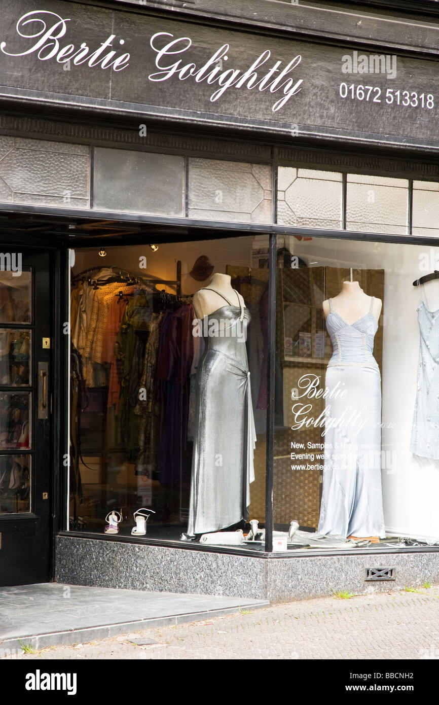 0d45bb2ac3247b Ladies Clothes Shop Window Display Stockfotos & Ladies Clothes Shop ...