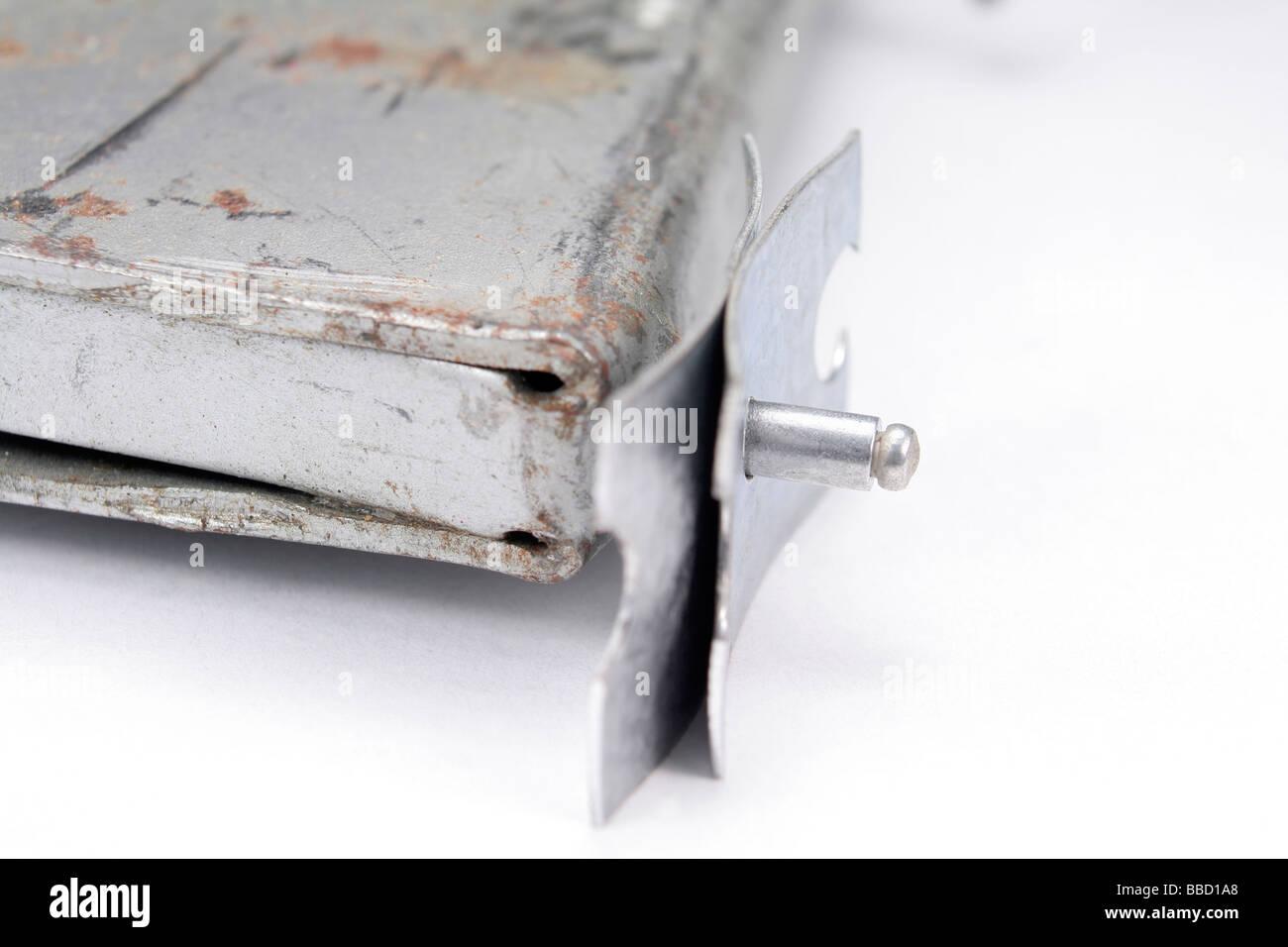 POP-niet und Puller zwei Stück Blech beitreten Stockbild