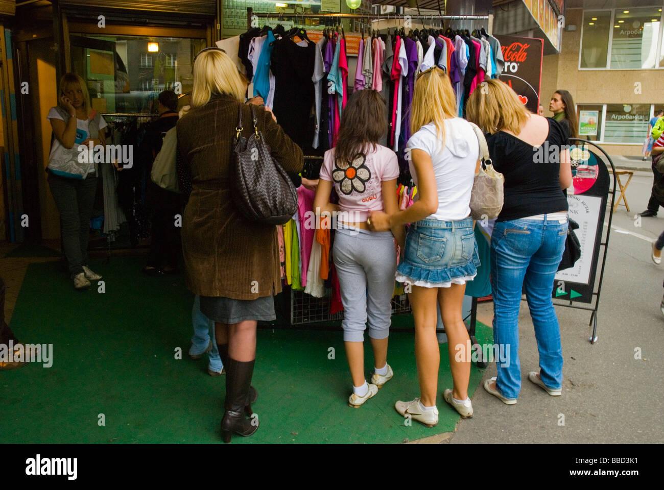 38341817702ba3 Frauen shopping für billige Kleidung in Mitteleuropa Belgrad Serbien  Stockbild