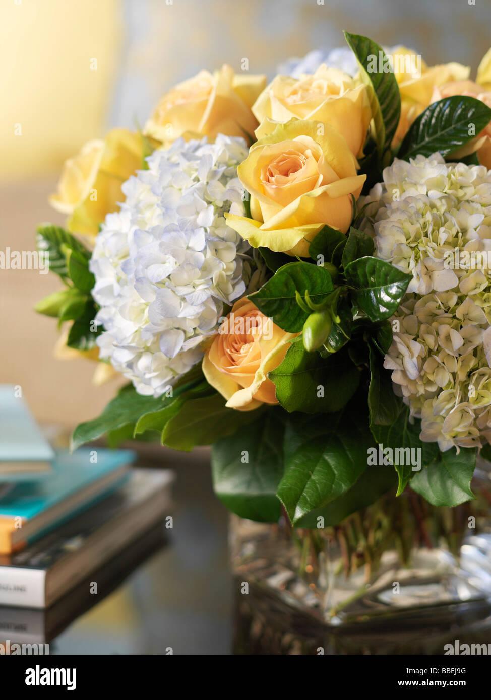 Blumenarrangement auf Couchtisch Stockfoto