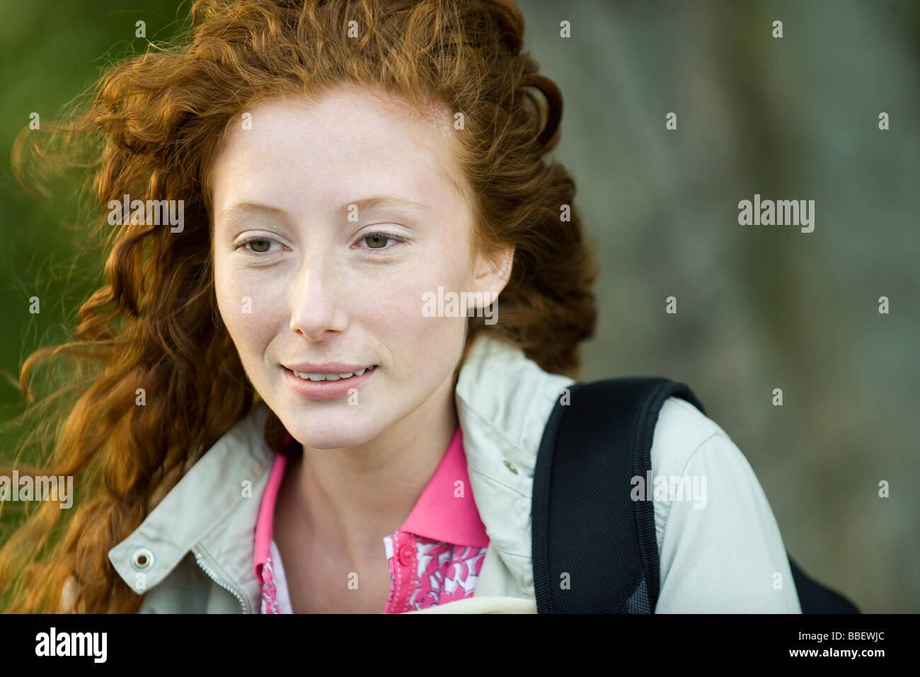 Junge rote kurzhaarige Frau draußen, Porträt Stockfoto