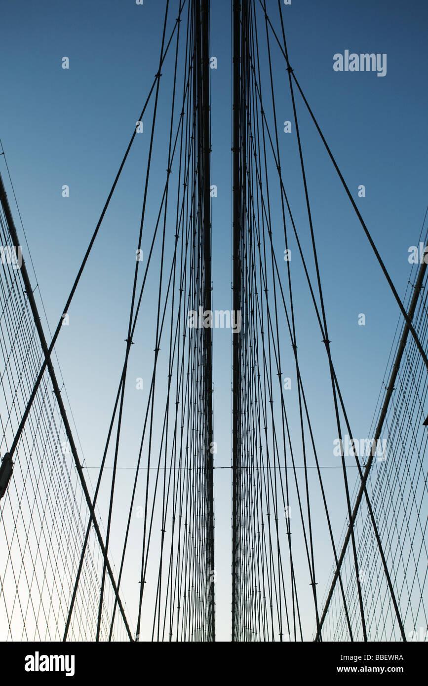 Unterstützung Eisendrähte Hängebrücke gegen blauen Himmel, niedrigen Winkel Ansicht Stockbild