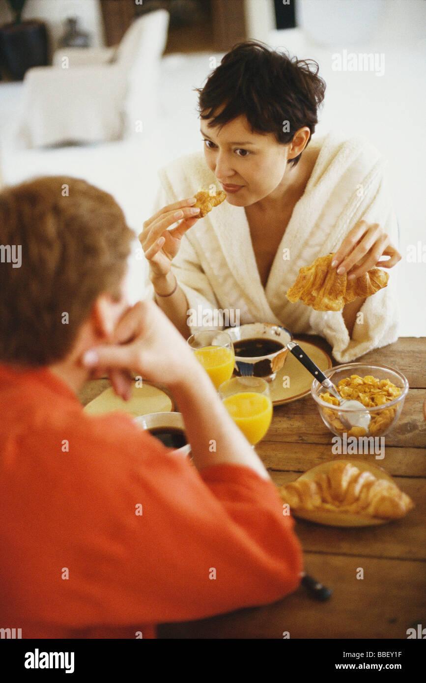Paar am Tisch zu frühstücken Stockfoto