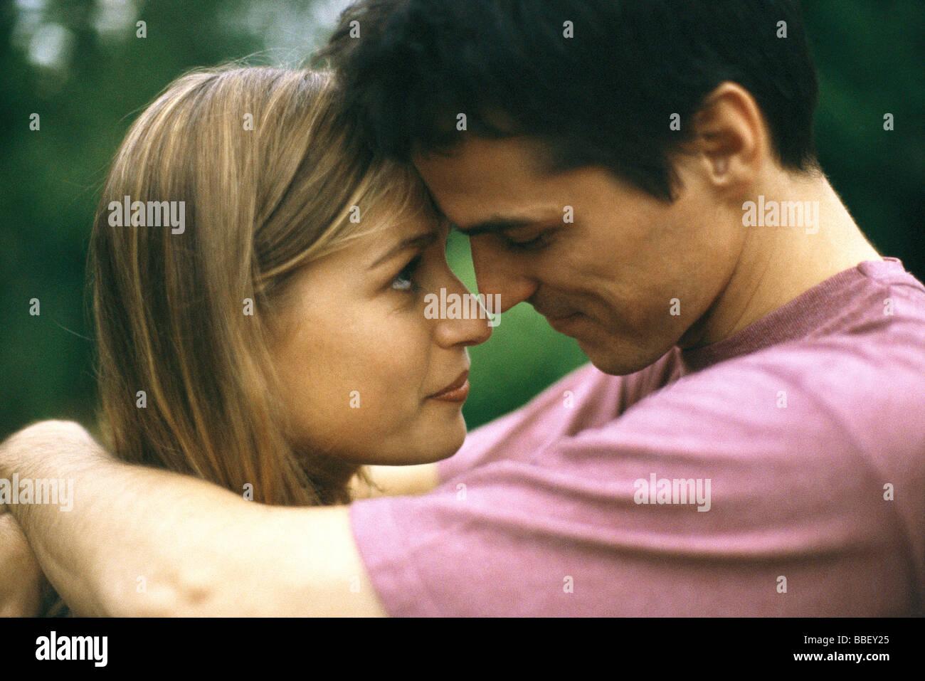 Paar, umarmen, berühren Stirn, Seitenansicht Stockbild