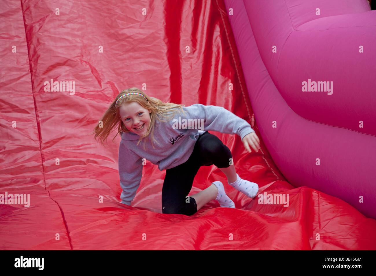 Junges Mädchen genießen Hüpfburg Maifeiertag Messe Woodmancote Cheltenham UK 2009 Stockbild