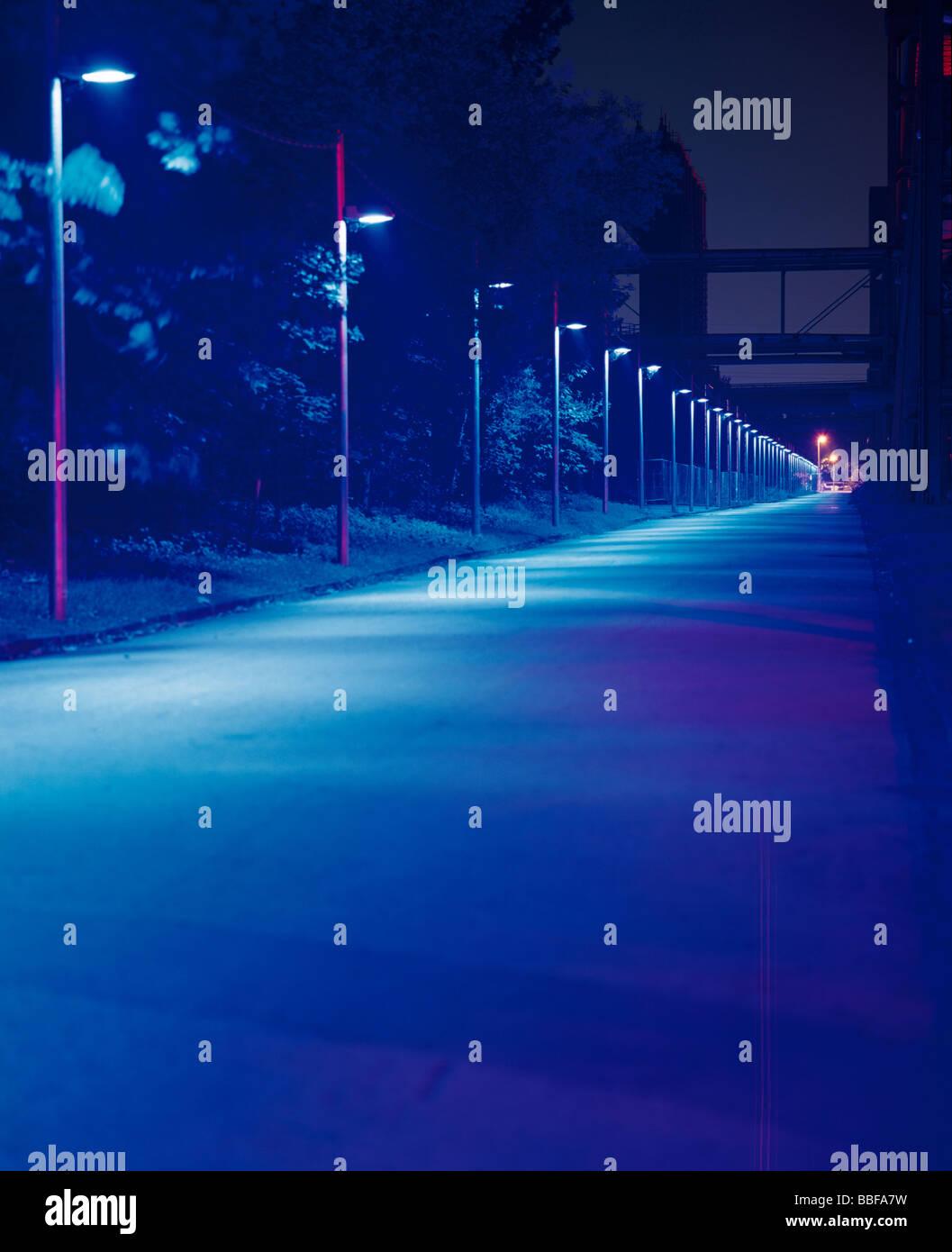 Blau beleuchteten Gasse in der Nacht auf Kokerei Zollverein, Teil der Europäischen Route des industriellen Stockbild