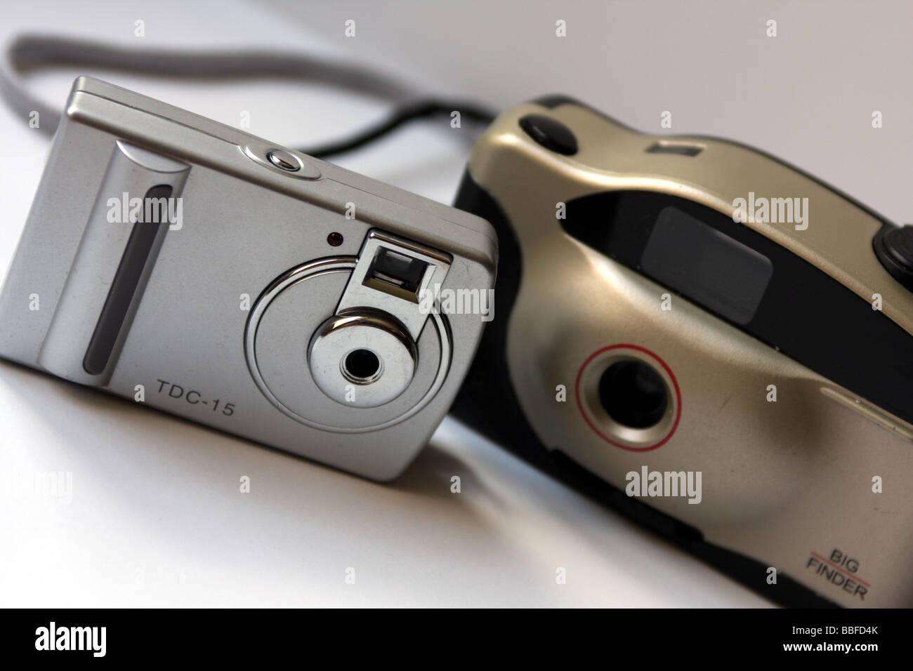 Tasche Digitalkamera neben einem traditionellen Tasche 35mm Film basierte Kamera Stockbild