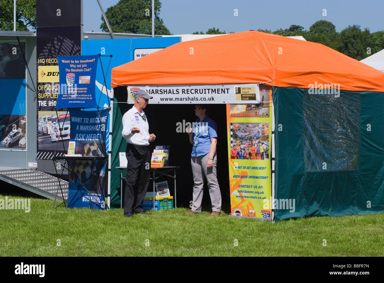 Motorsport Marschall Rekrutierung kleine Festzelt an Oulton Park Motor Racing Circuit Cheshire England Stockbild