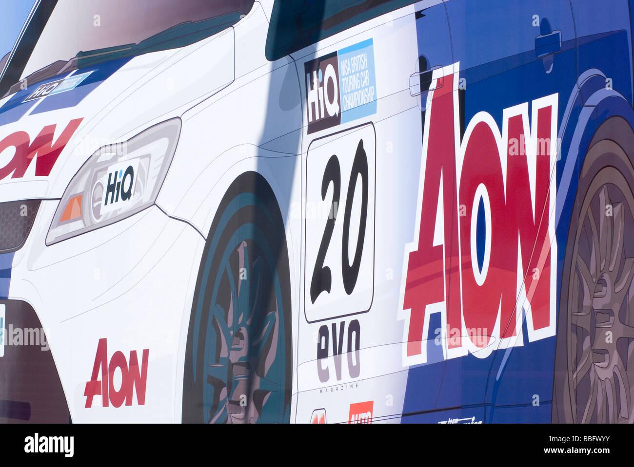 Aon-Anzeige auf der Race Car Transporter am Oulton Park Rennstrecke während British Touring Car Championship Stockbild