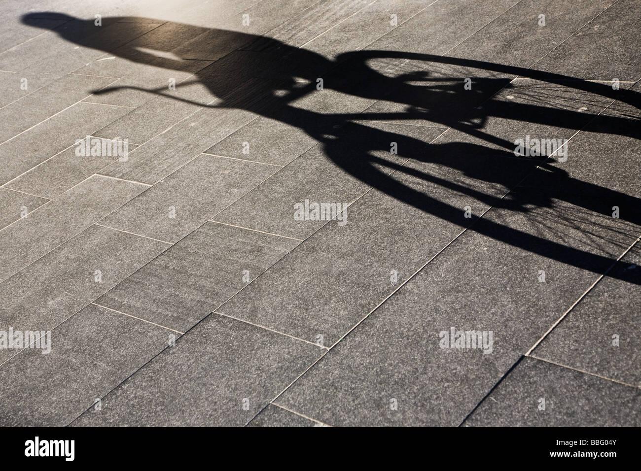 Schatten einer Person mit dem Fahrrad Stockbild
