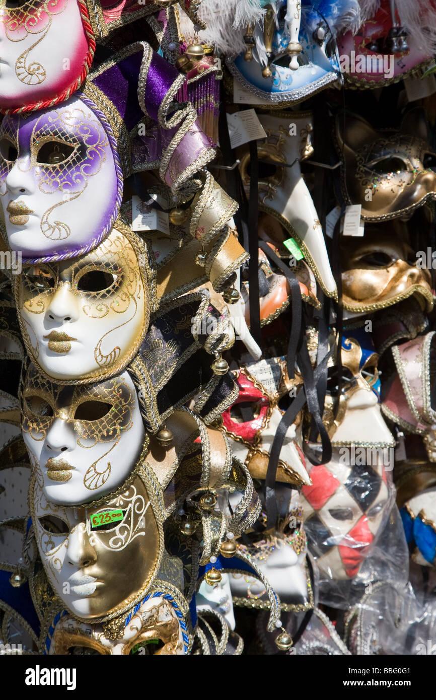 Venezianische Masken auf einem stall Stockfoto