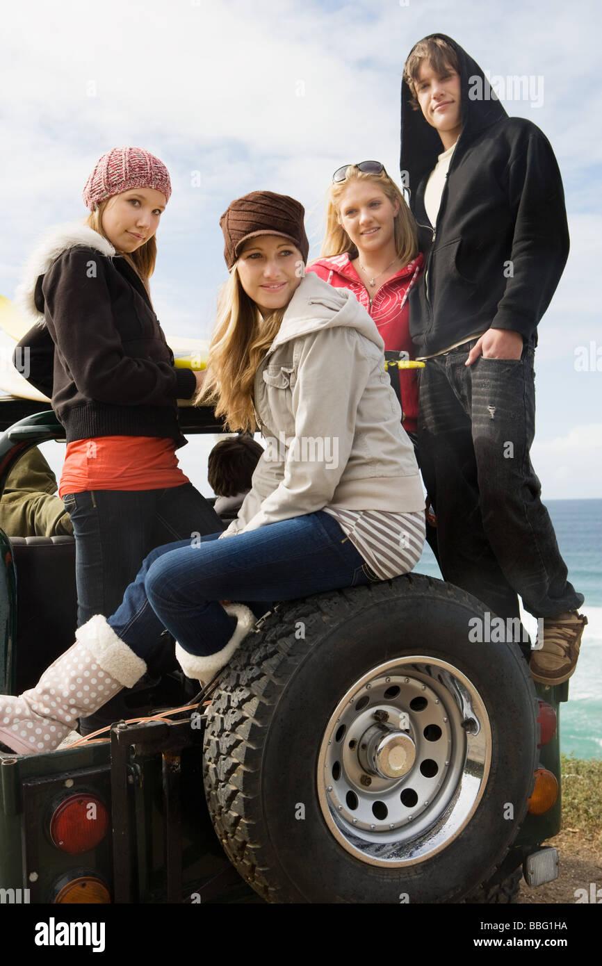 Freunde auf Geländewagen Stockbild