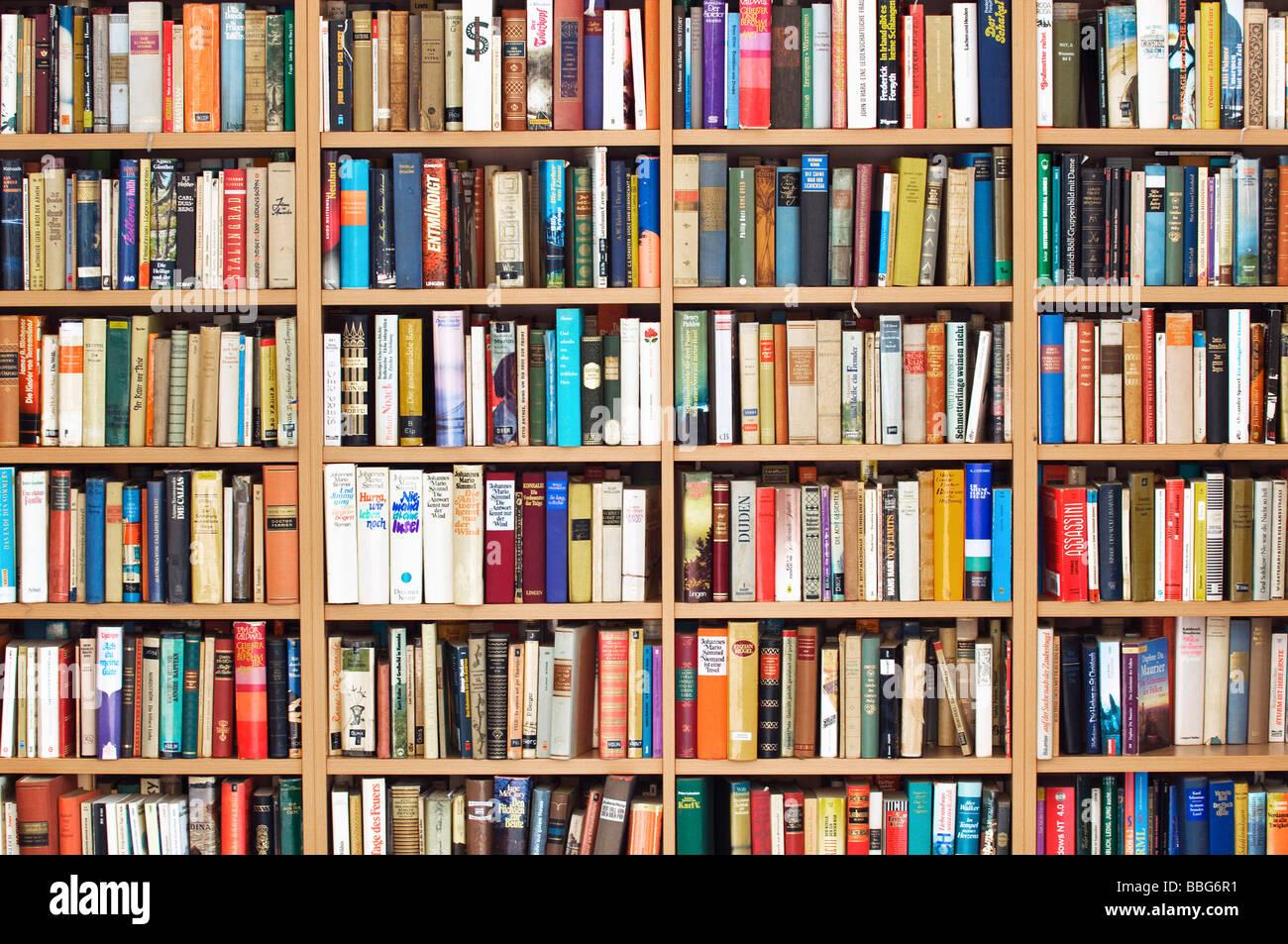 Große voll Bücherregal, Second-Hand Buchladen, fiction Stockbild