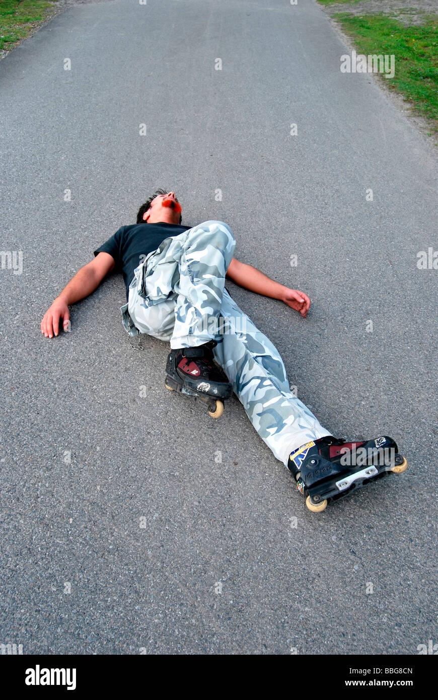 gef hrlicher sport inline skater auf dem boden nach sturz. Black Bedroom Furniture Sets. Home Design Ideas