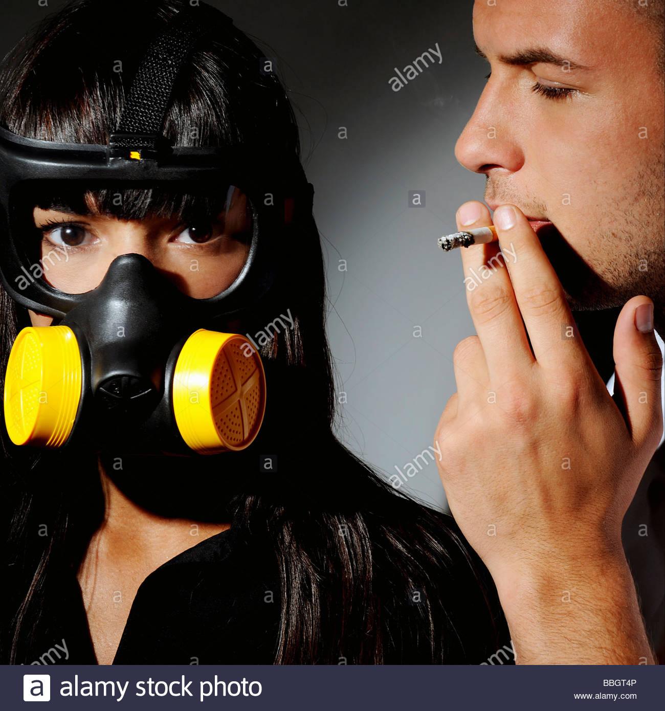 Nicht Raucher stehen neben ein Raucher, Studio gedreht Stockbild
