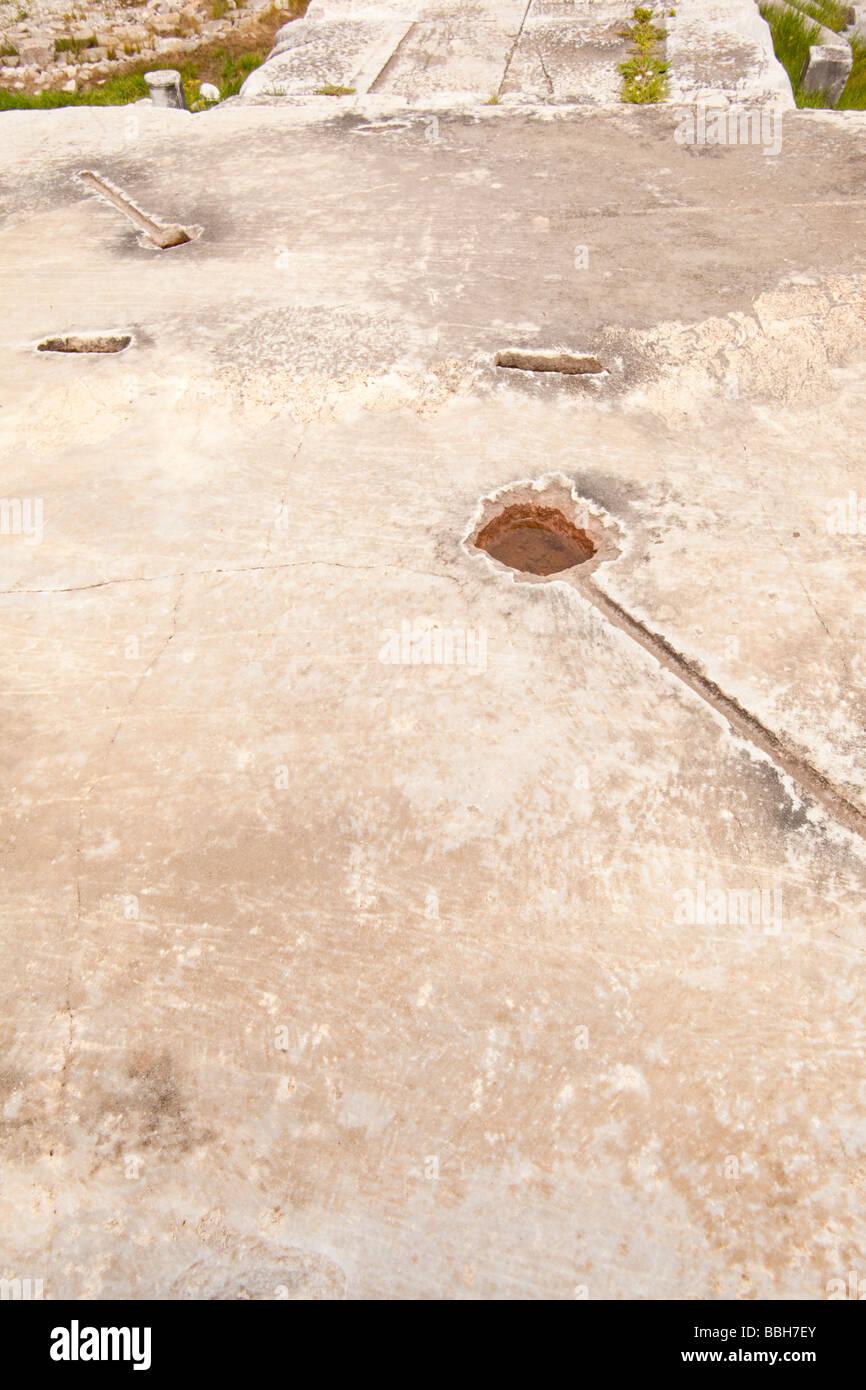 Schnitzereien und Markierungen in der Basis eines antiken Tempels Spalte wo geschmolzenes Blei ausgegossen haben Stockbild