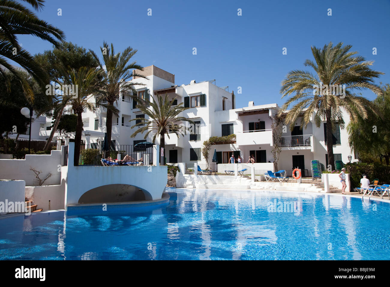 Moderne Hotel-Accommodatiion und Pool im Urlaub Resort Cala d ' or Mallorca Spanien Stockbild