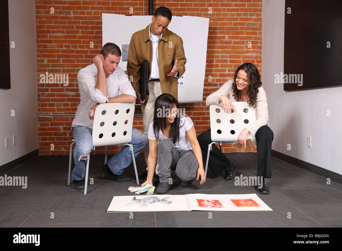 Gruppe von kreativen jungen Menschen Businesslook Kunstwerk Stockbild