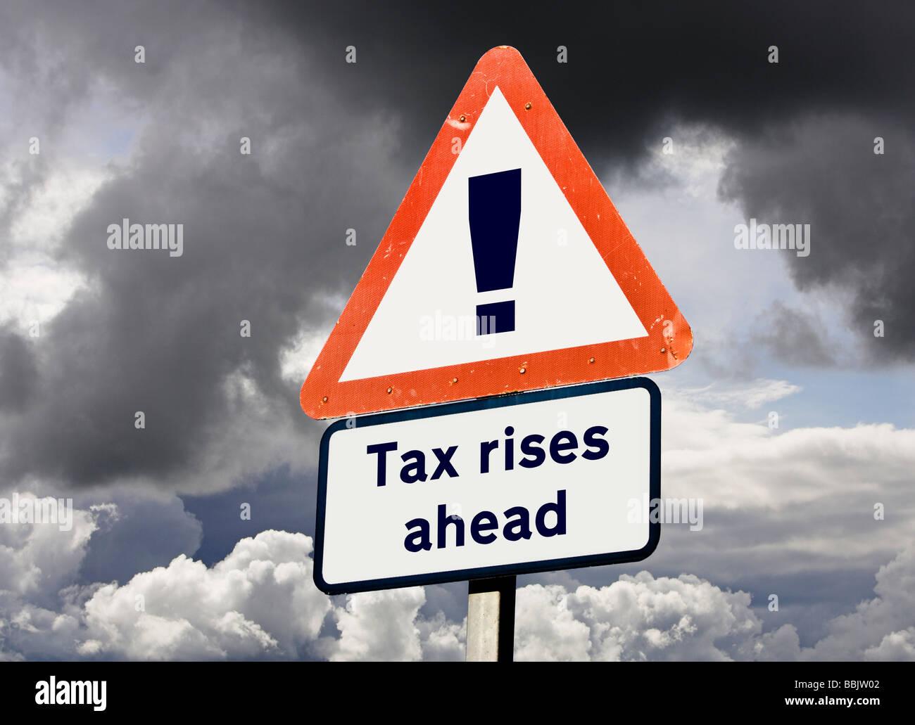 Konzept-Zeichen für britische UK Steuern steigt weiter - Vorhersage der zukünftigen Besteuerung / budget Stockbild