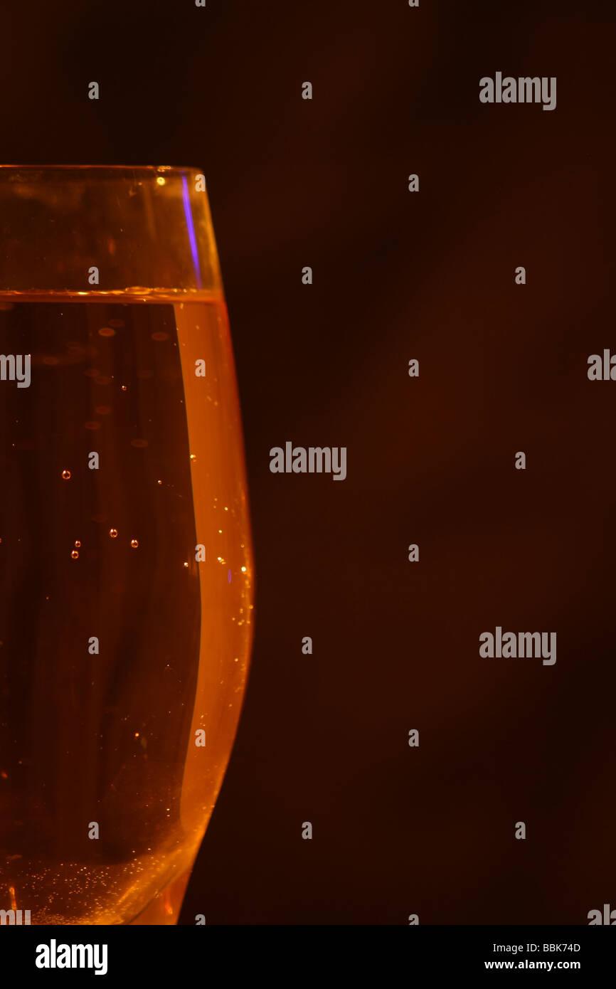 weißer Becher Wein auf dunklem Hintergrund Stockbild