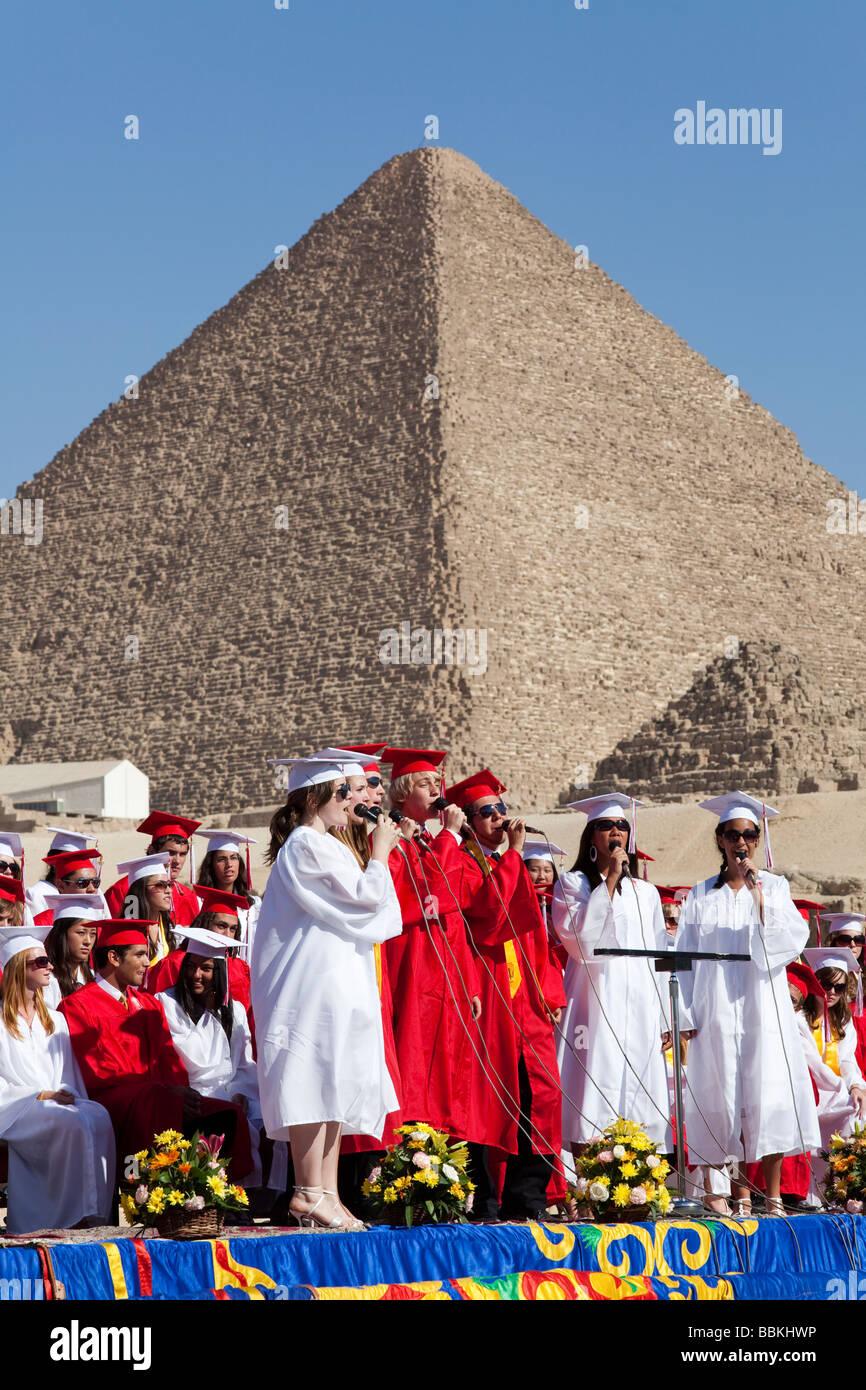 gemischter Chor singen bei Cairo American College (CAC) High-School-Abschluss bei den Pyramiden, Kairo, Ägypten Stockbild