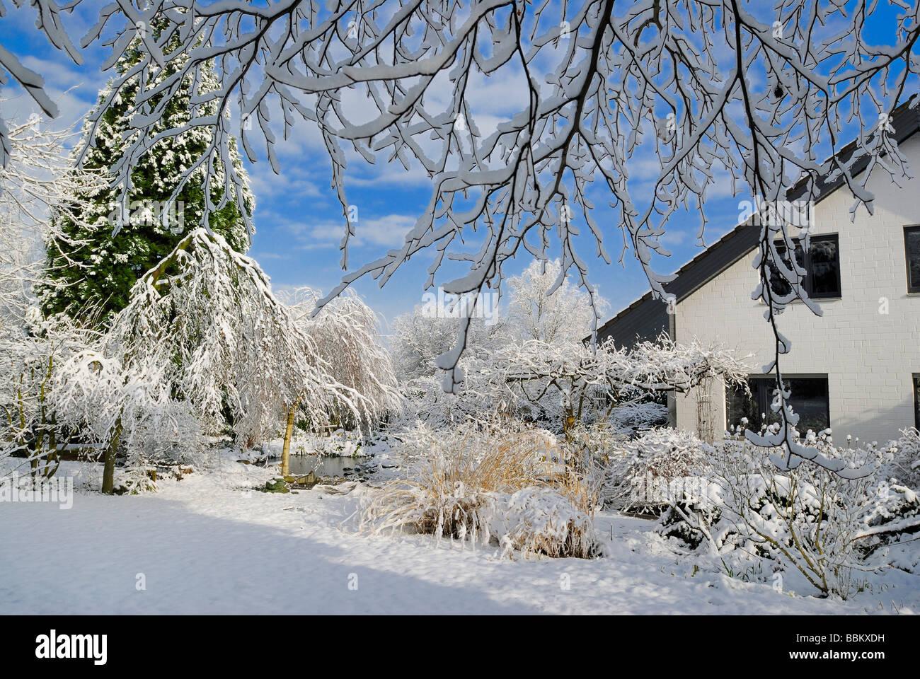 Garten Schnee Stockfotos Garten Schnee Bilder Alamy
