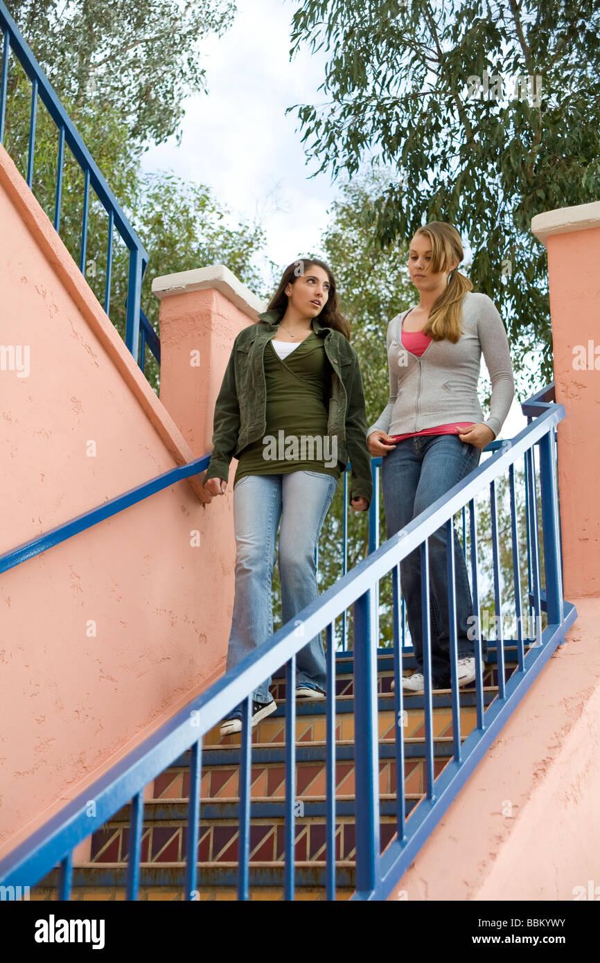 Jugendliche Volk rassisch gemischten Mischung ethnischer Vielfalt heraus hängen zusammen hängen, Treppen Stockbild