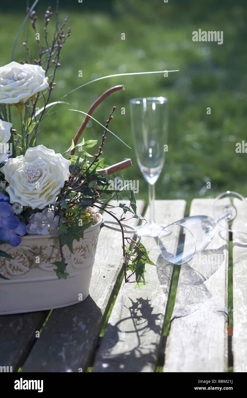 blumen und champagner gl ser am tisch aus holz im garten stockfoto bild 24412238 alamy. Black Bedroom Furniture Sets. Home Design Ideas