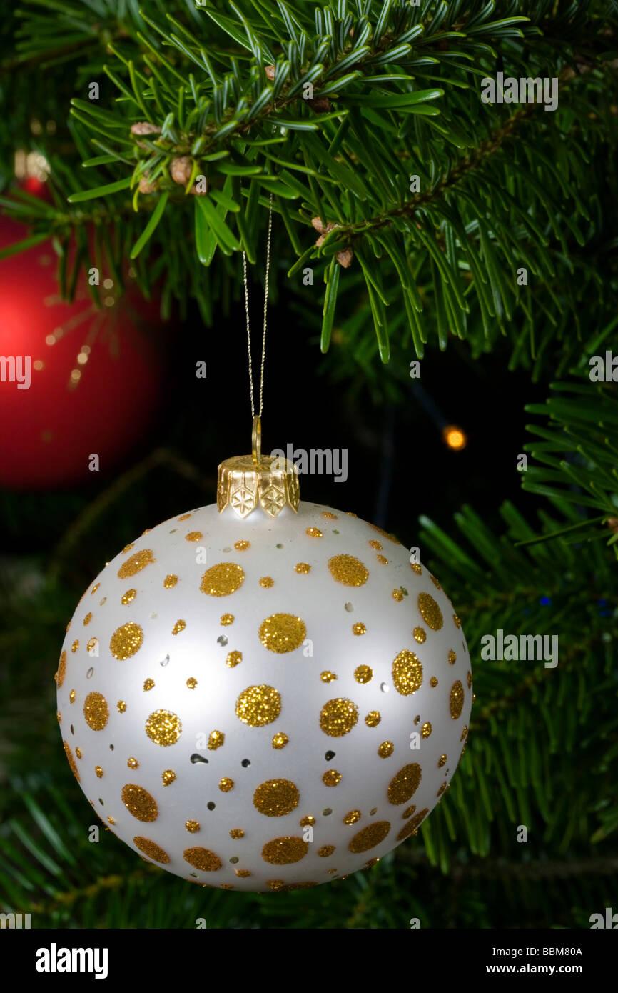 Christbaumkugeln Weiß Glas.Weiß Und Gold Glas Christbaumkugel Auf Echten Weihnachtsbaum Zweig
