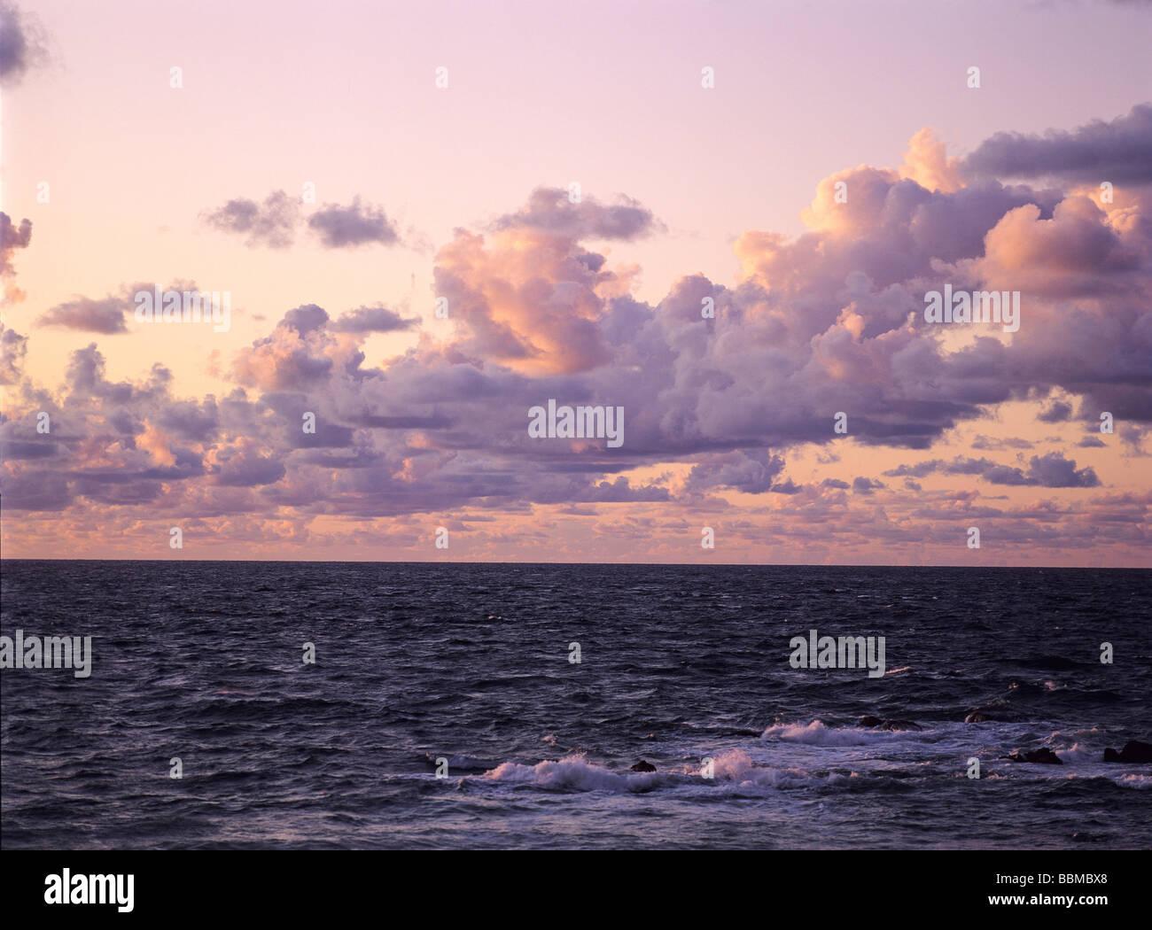 Sonnenuntergang über dem Meer mit Blick auf den Ozean Horizont Stockbild