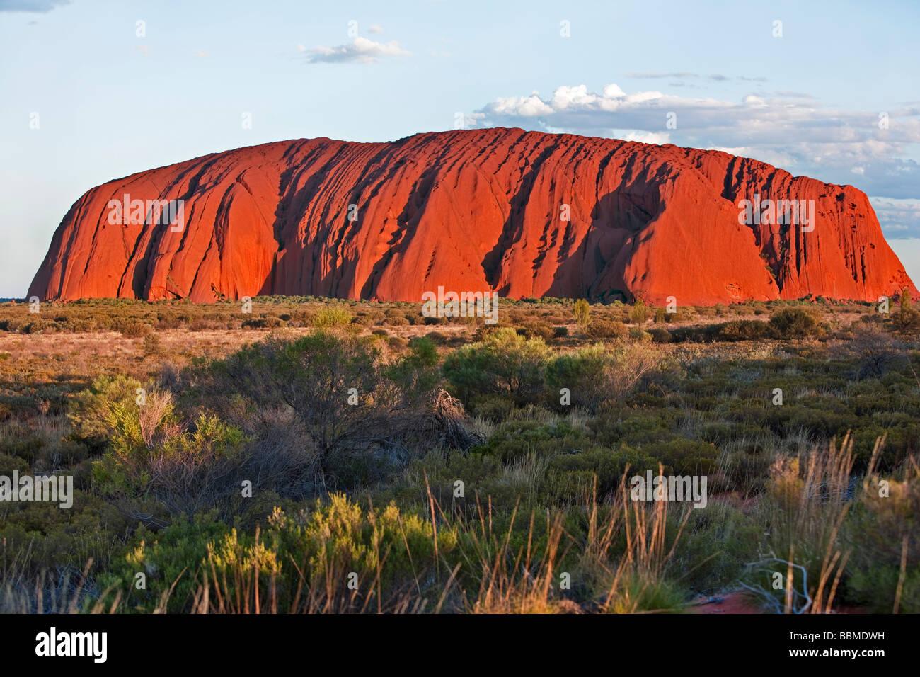 Australien, Northern Territory. Uluru oder Ayers Rock, ein riesiger Sandstein-Felsformation. Eines der bekanntesten Stockbild