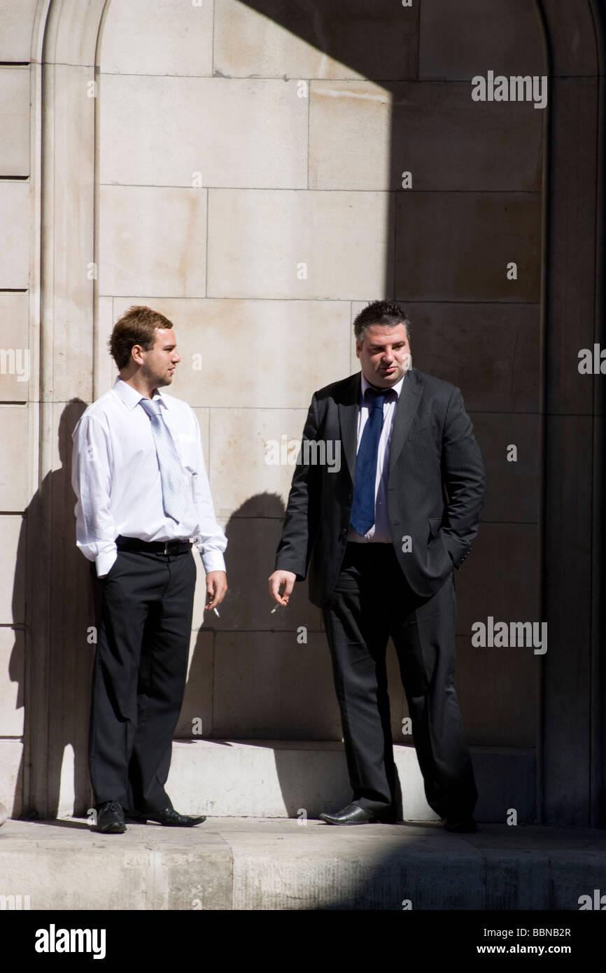 Bank von England Threadneedle street London Büroangestellten stehen außerhalb der Bank von England Rauchen Stockbild
