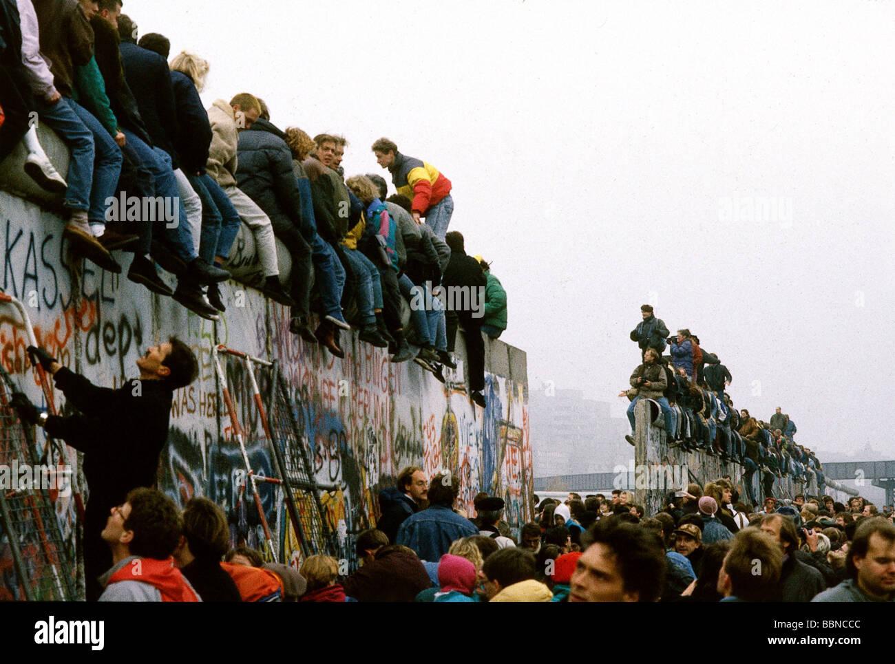 Geographie/Reisen, Deutschland, Fall der Berliner Mauer, die Menschen auf der Mauer, Berlin, 10.11.1989, Altstadt, Stockbild