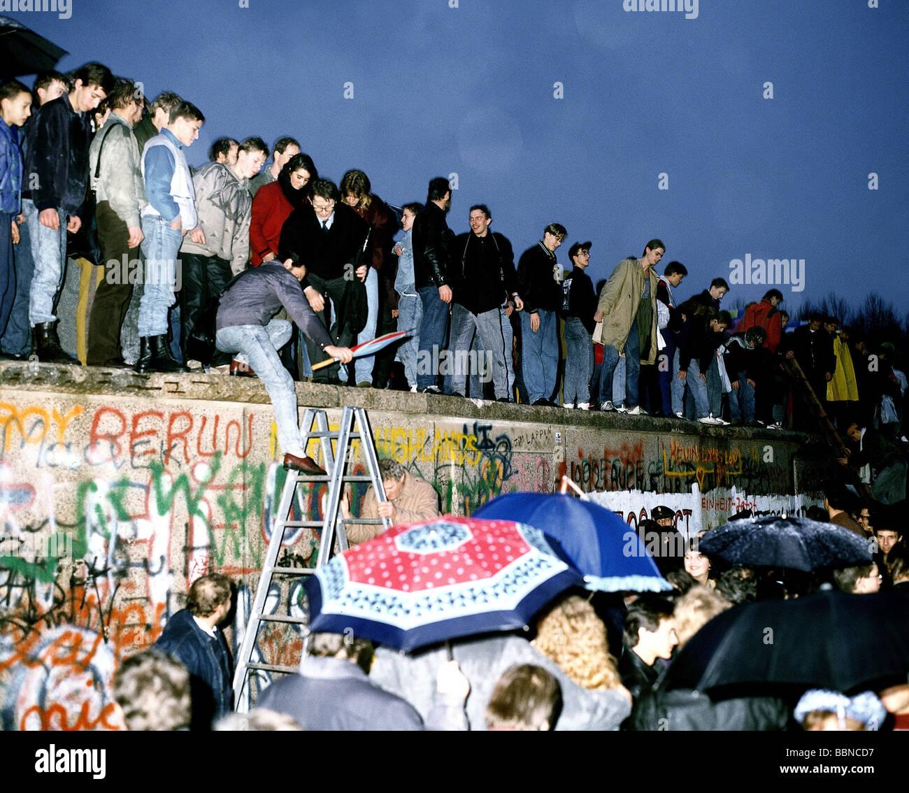Geographie/Reisen, Deutschland, Fall der Berliner Mauer, die Menschen auf der Mauer, Berlin, 9.11.1989, historische, Stockbild
