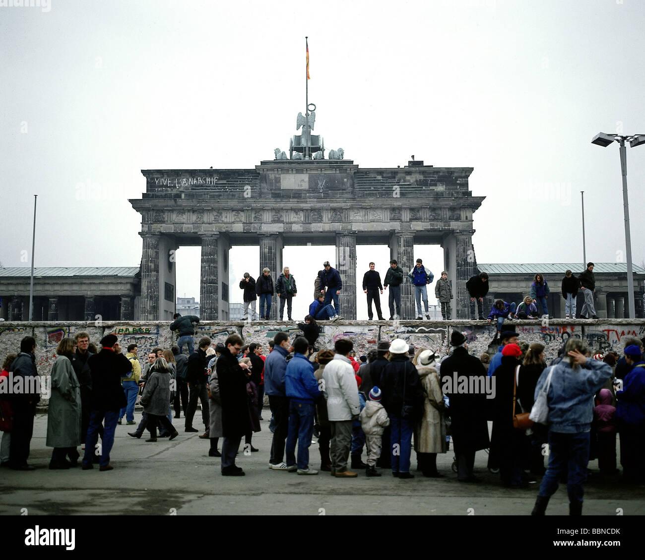 Geographie/Reisen, Deutschland, Fall der Berliner Mauer, die Menschen auf der Mauer am Brandenburger Tor, Berlin, Stockbild