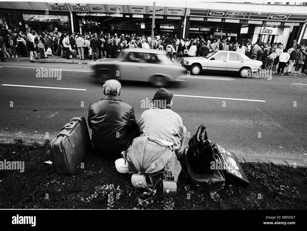 Geographie/Reisen, Deutschland, Wiedervereinigung, Berlin, Leute, die die DDR verlassen, Sitzen mit Gepäck Stockbild