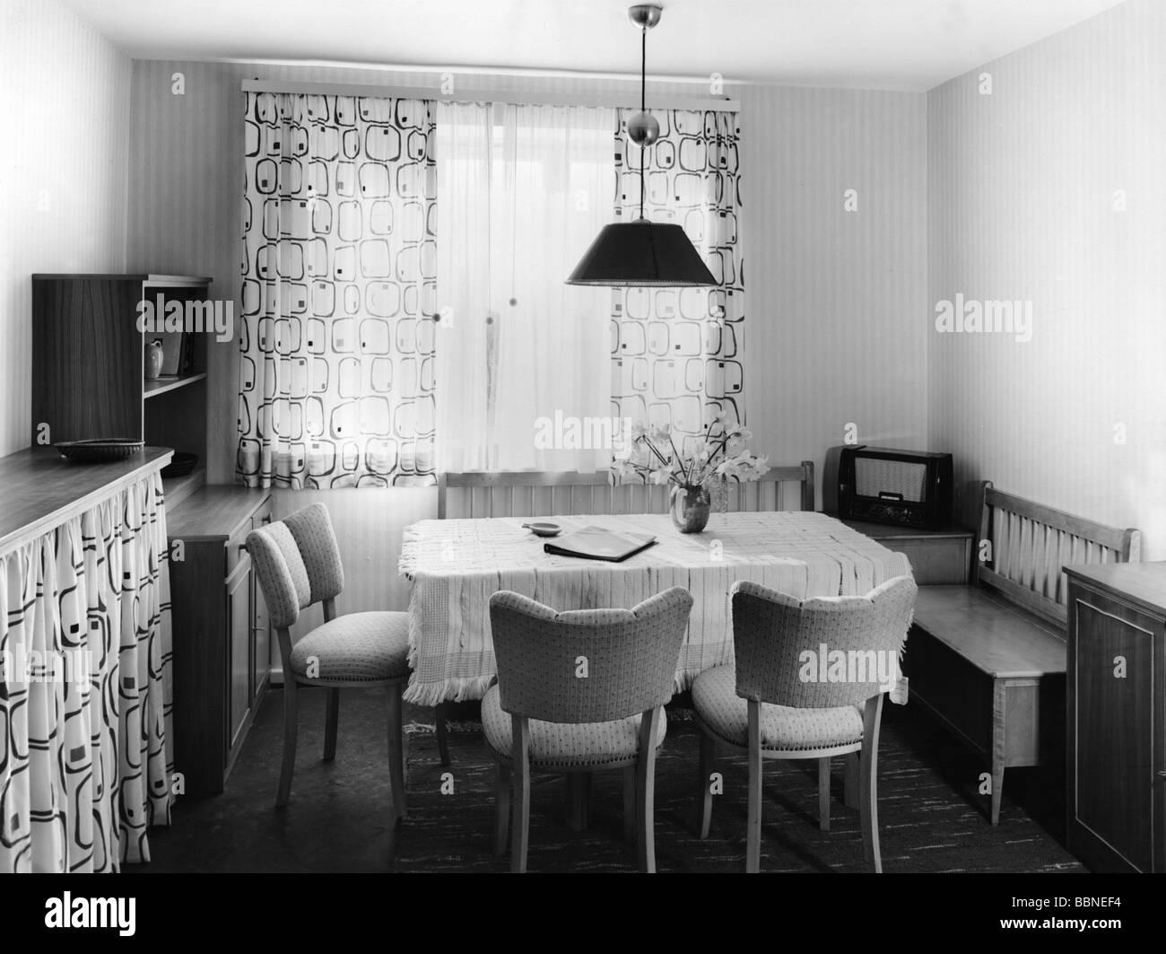 Wohnung, Esszimmer, Sitzecke mit Radio, 50s, 50s, Möbel, Rundfunk, Sitzen, Stühle, Tisch, Vorhang, 20. Stockbild