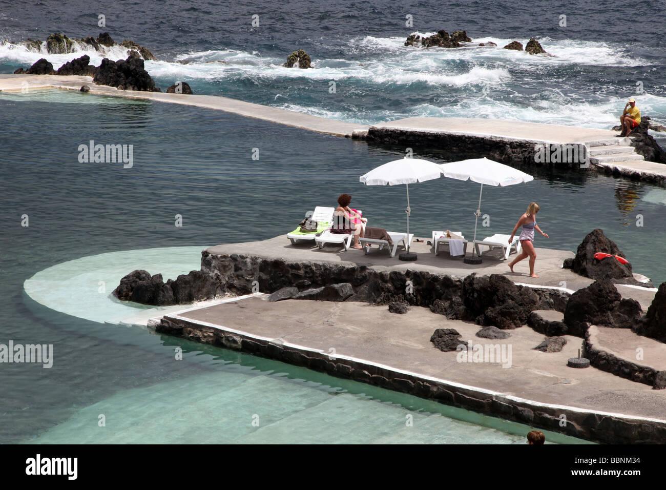 Porto Moniz Dorf im Norden Osten Madeiras mit natürlichen Vulkan Swimming pool Stockbild