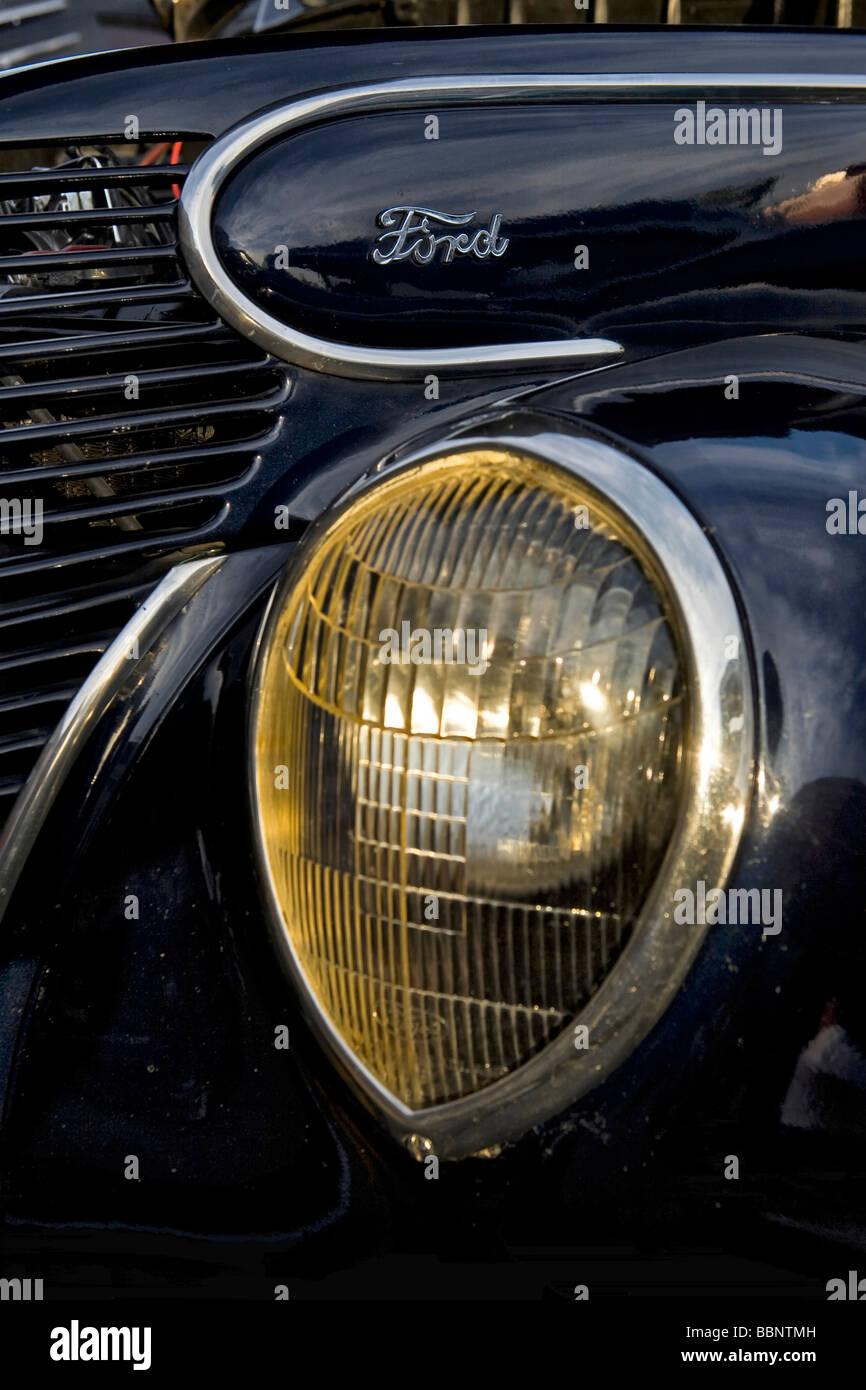 Scheinwerfer und Classic Logo auf einem Ford-Oldtimer Stockbild