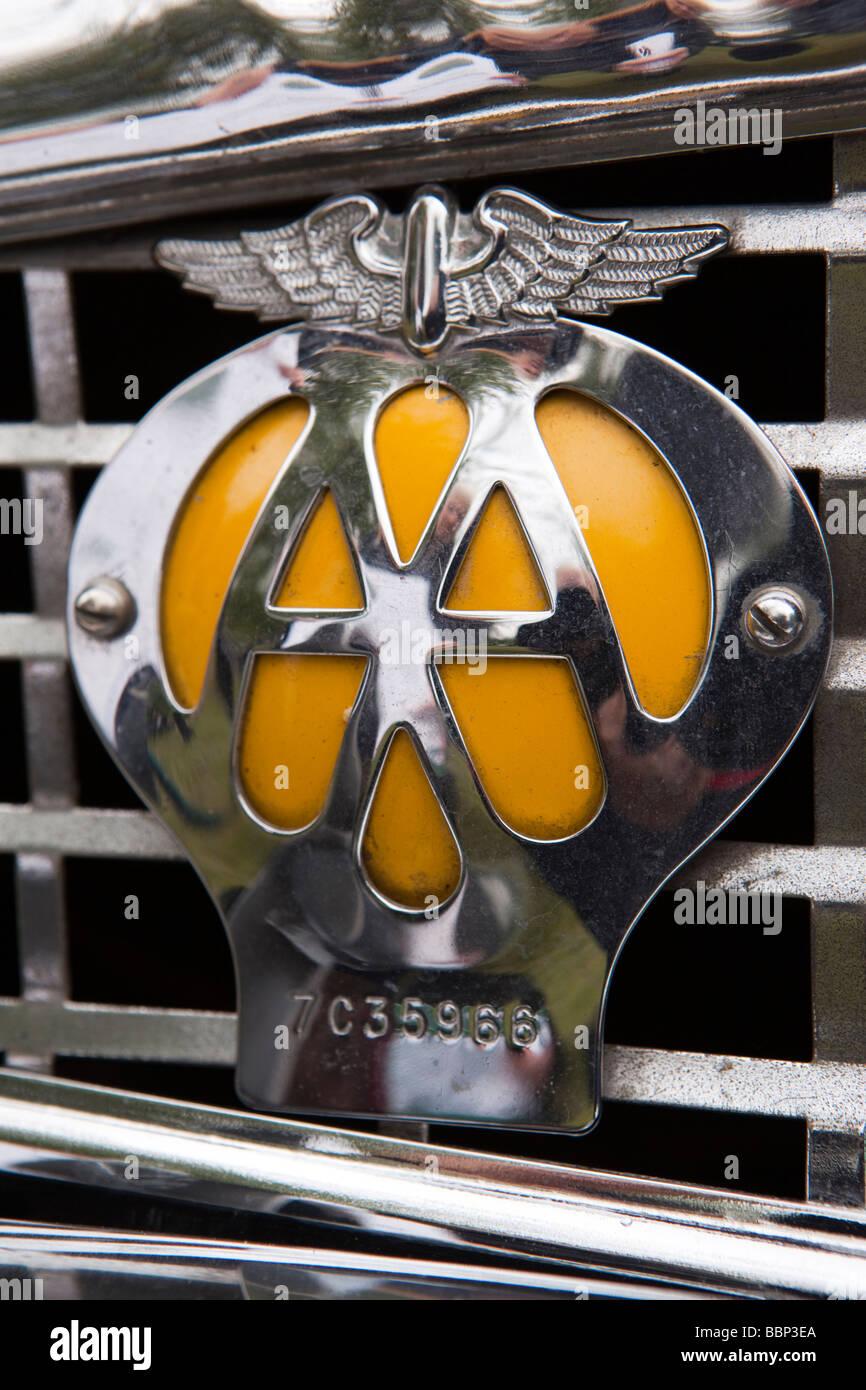 Automobilclubs AA Abzeichen auf der Vorderseite der 1950er Jahre Jaguar Oldtimer Stockbild