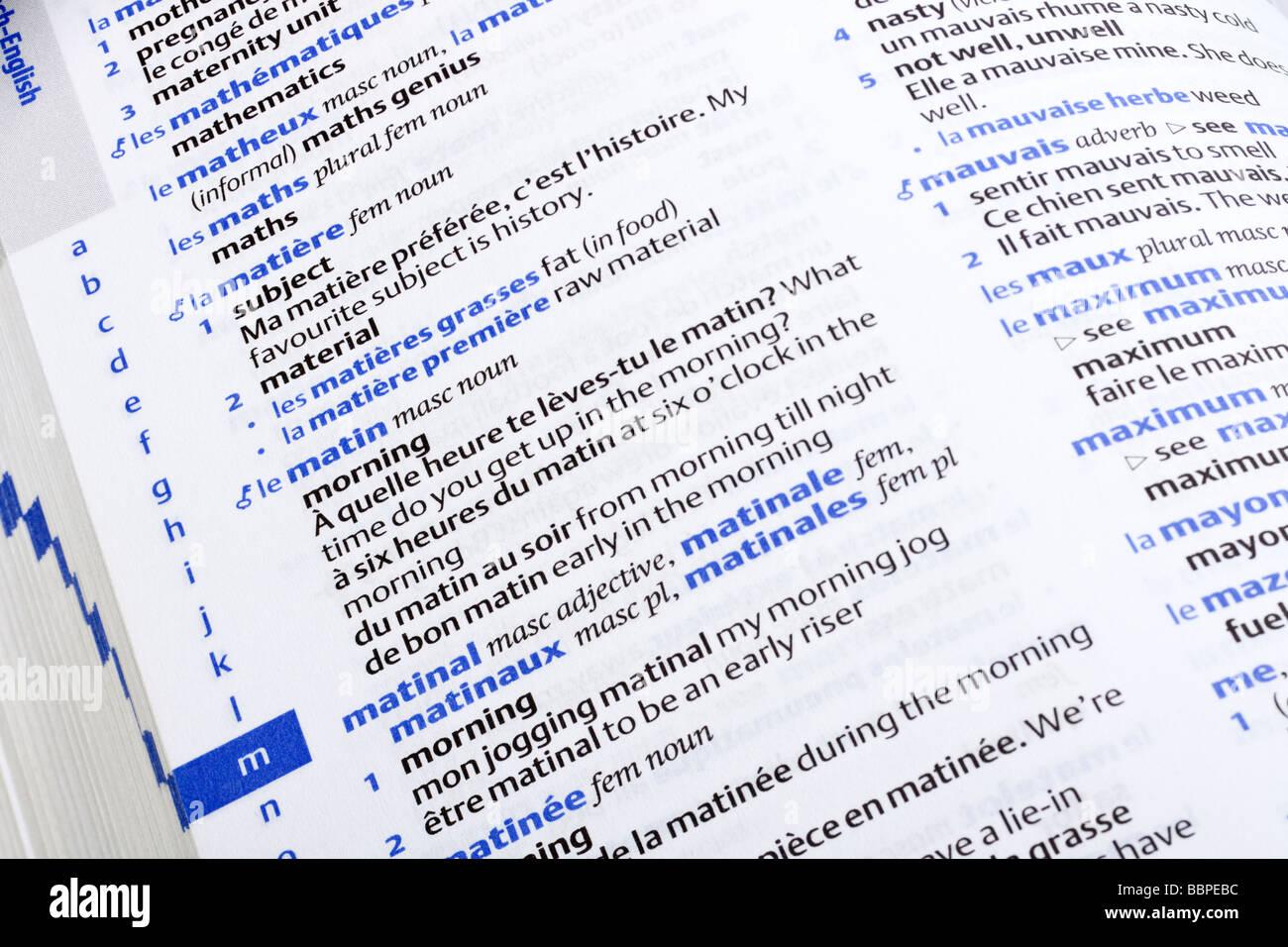 Nahaufnahme von Seiten der französischen Sprache Englisch Wörterbuch schließen sich Stockbild