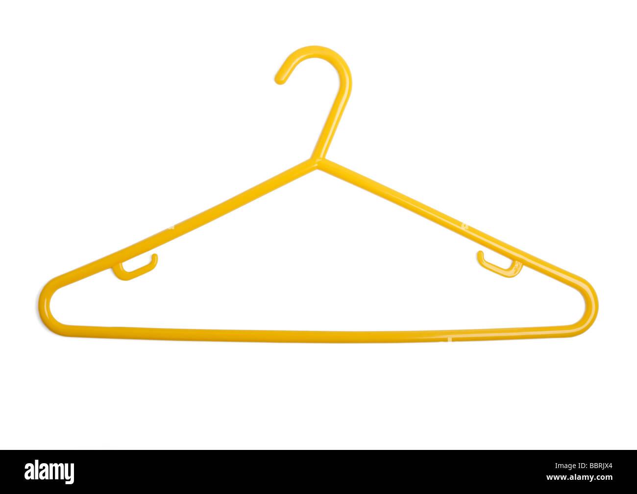 Gelber Kunststoff Kleiderbügel auf weißem Hintergrund Stockbild
