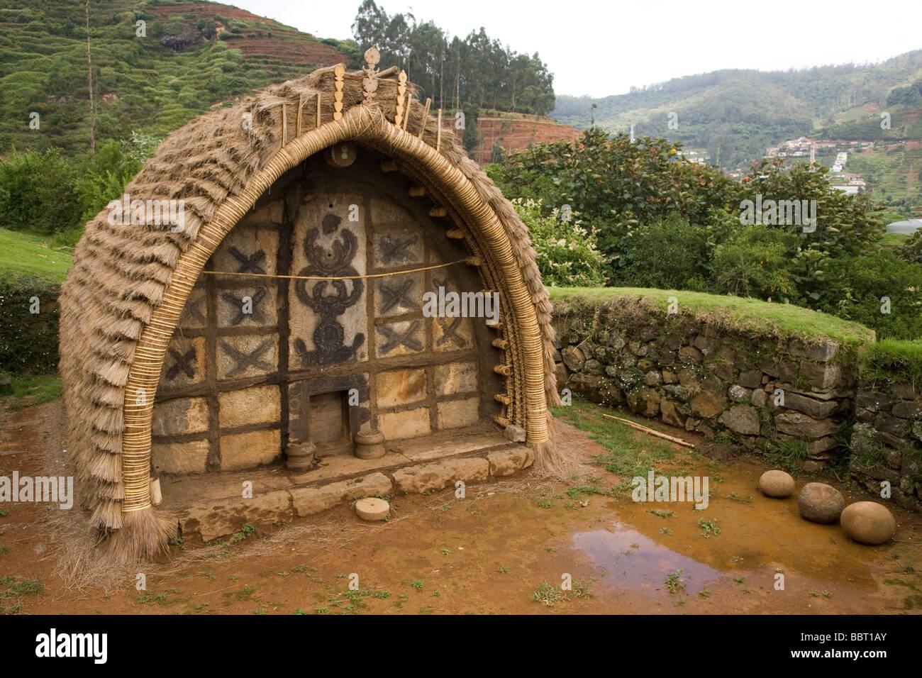 Der Tempel in eine Toda Stammes-Munder (Siedlung). Der Mund ist innerhalb des Botanischen Gartens an der indischen Stockbild