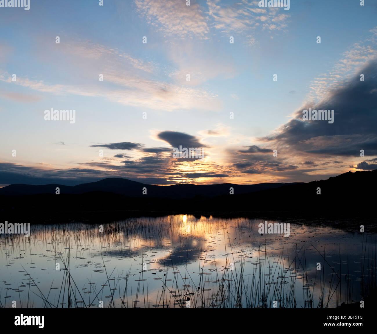 Noch loch Reflexionen bei Sonnenaufgang. Isle of Harris, Äußere Hebriden, Schottland Stockbild