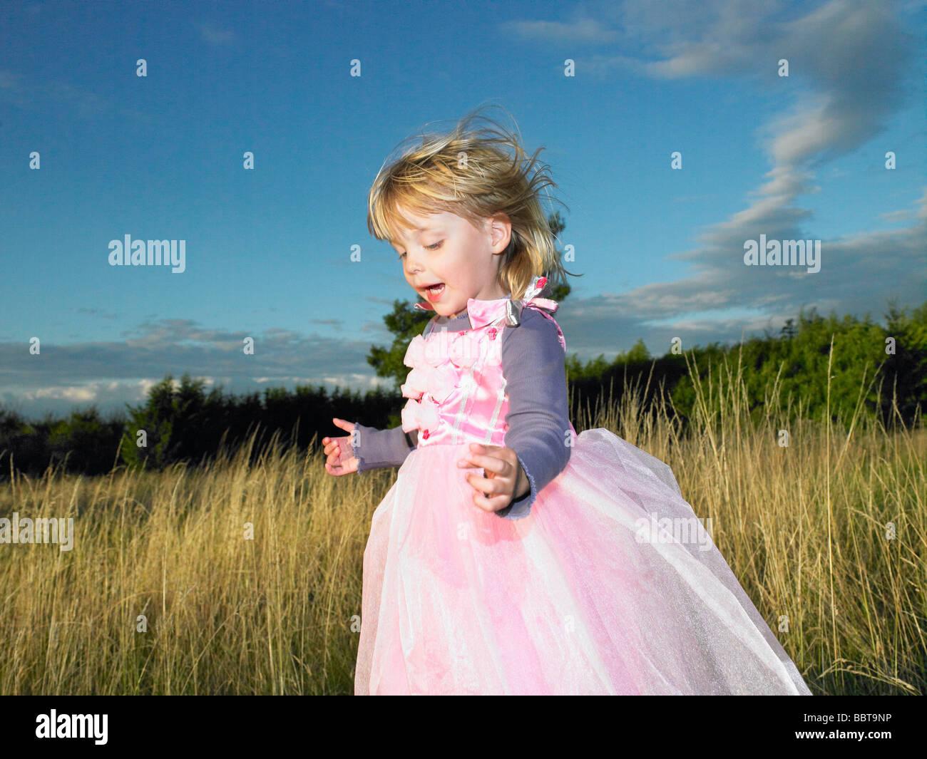 Mädchen mit Prinzessin Kleid, in einem Feld Stockbild