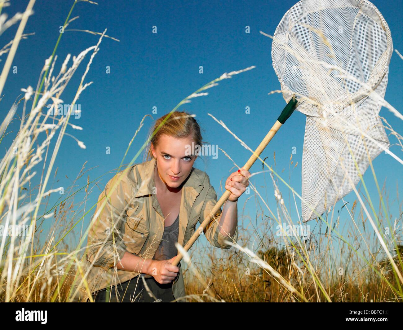 Frau mit Schmetterlingsnetz Stockbild