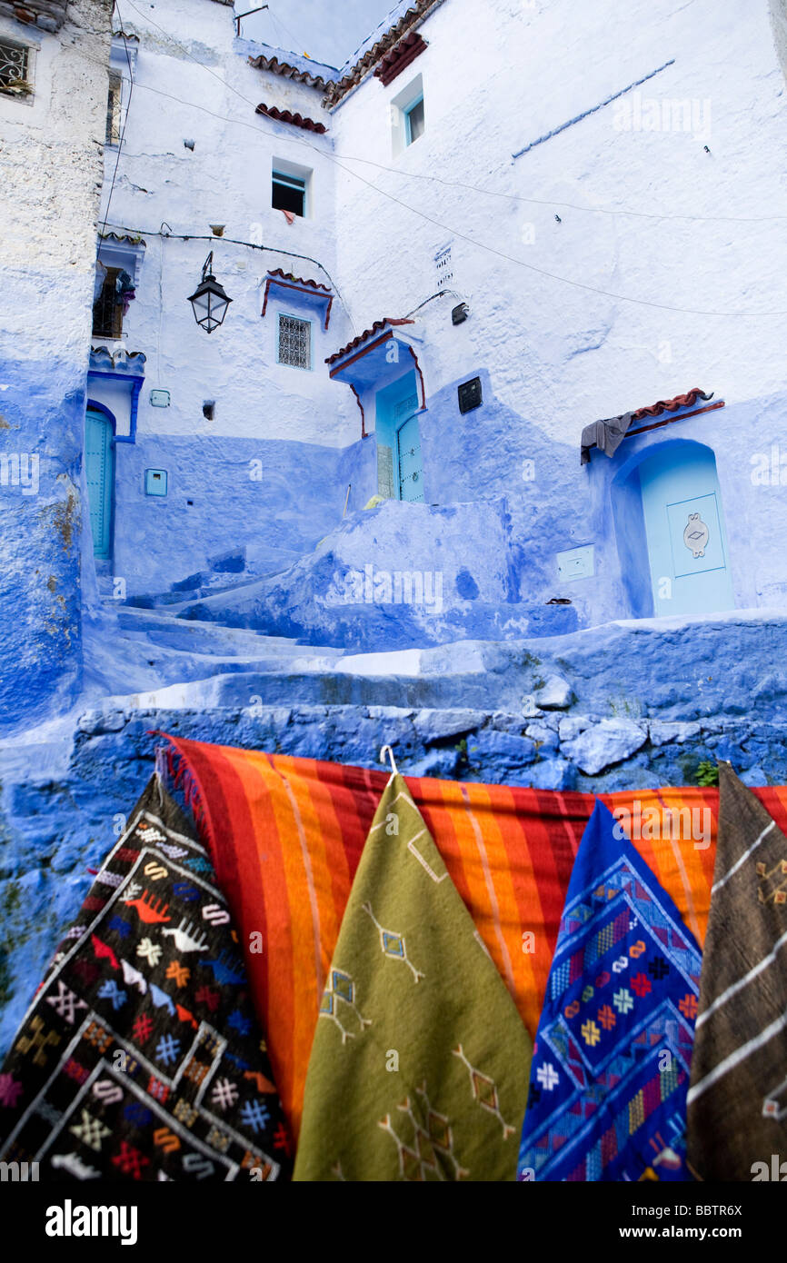 Teppiche hängen an einer Wand, Chefchaouen, Marokko, Nordafrika Stockbild